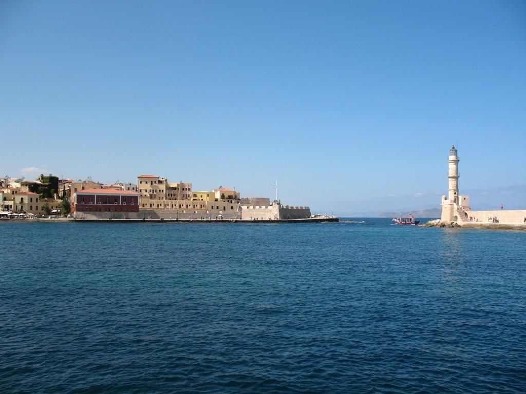 Vjezd do přístavu v Chania - červená budova je Námořní muzeum